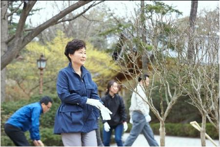 박근혜 대통령 식목일 기념식수.jpg