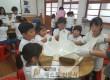 어린이들이 맛있는 치즈·피자 만들기 현장 체험을 하고 있는 모습.jpg