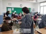 영주중학교(교장 김중식)는 사흘 간 등교 개학 준비를 위한 일환으로 전 교직원들이 참여하여…